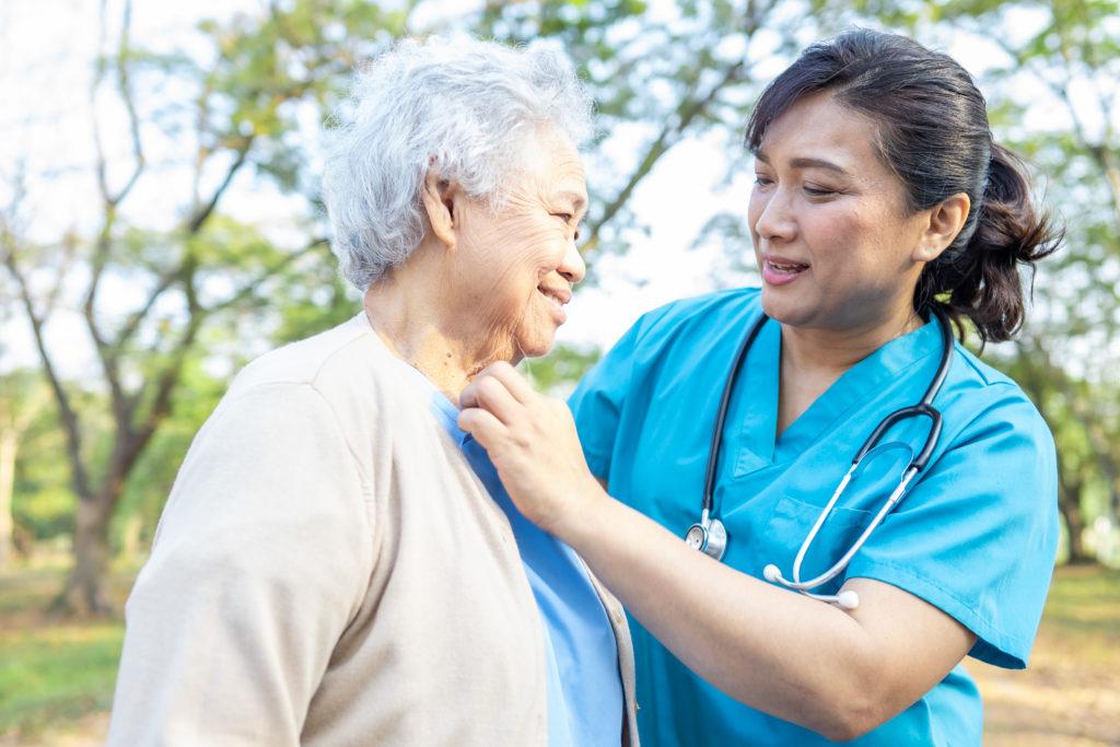 medecin aidant une personne agée