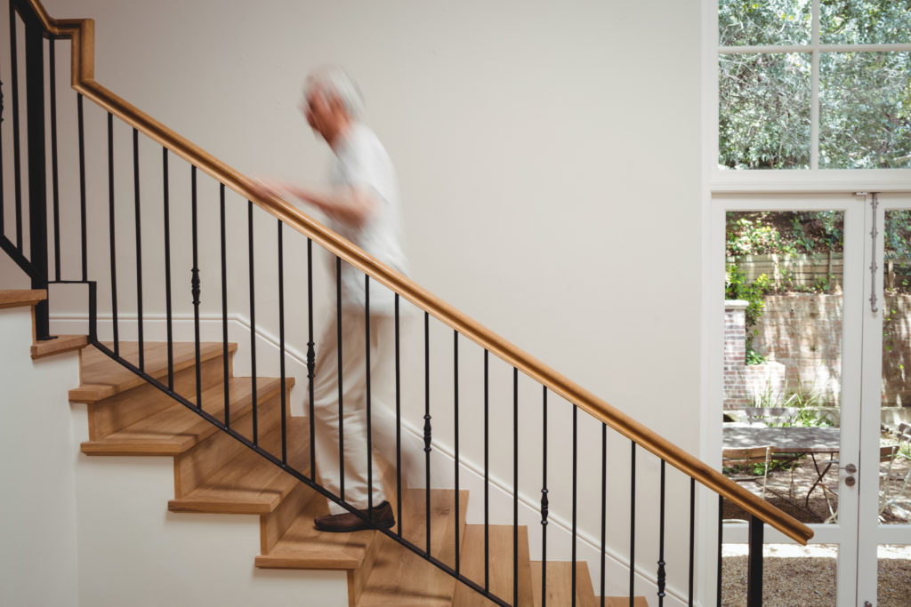 homme agé montant les escaliers