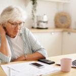 Femme agee face aux difficultes