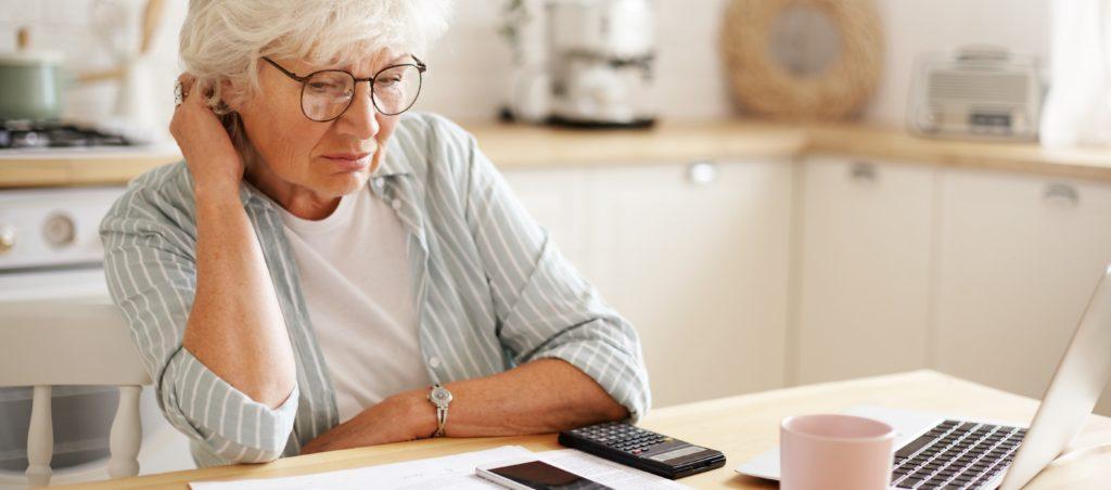 femme agee face aux difficultes bandeau