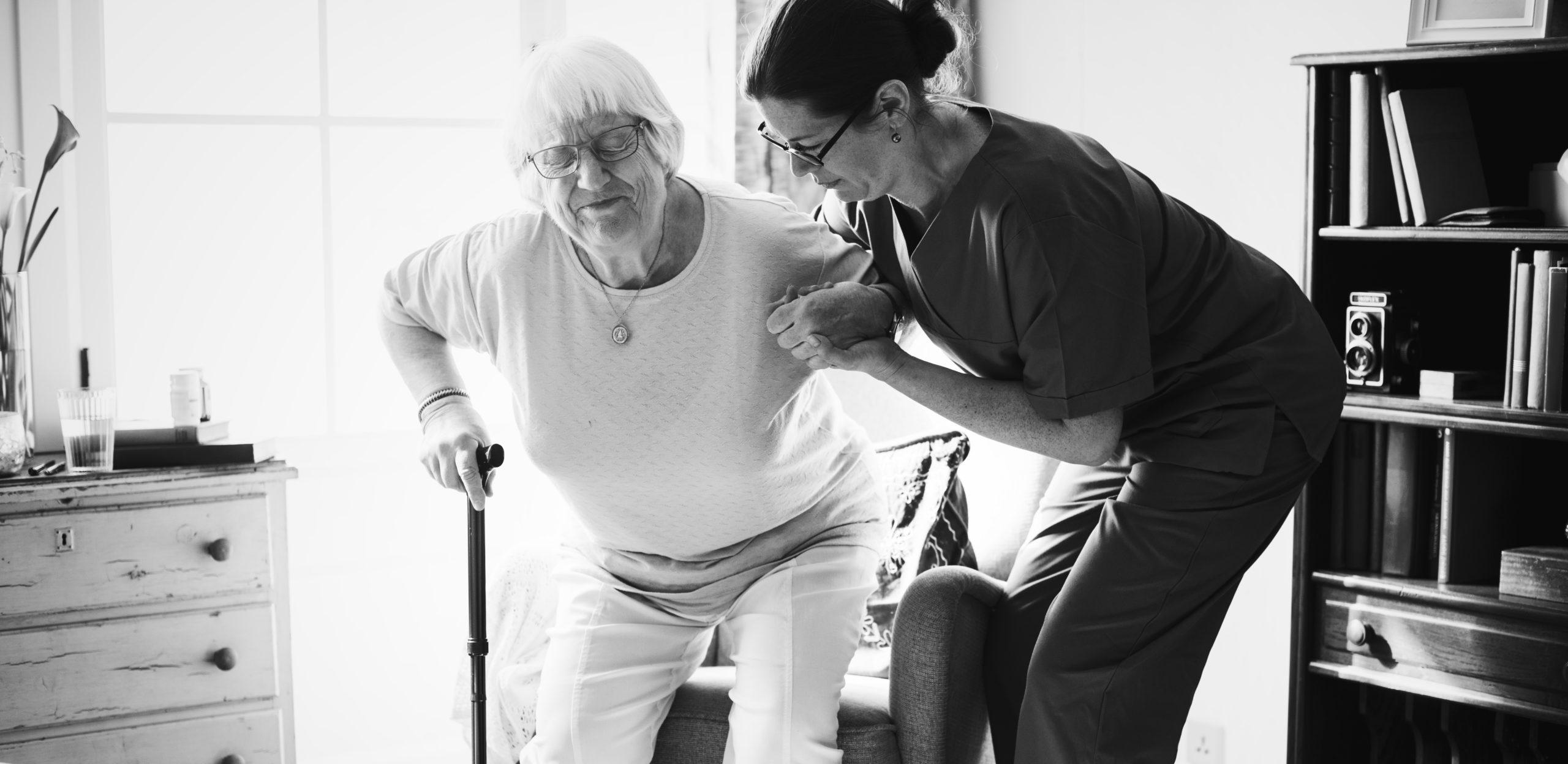 aide soignante avec femme agee handicapee